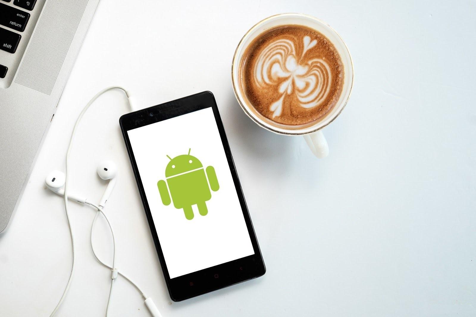 Телефон Андроид на столе