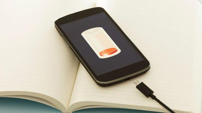 Телефон с разряженной батареей и зарядное устройство